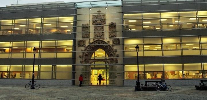 Fotografía de la entrada de la Biblioteca Pública del Estado en Burgos